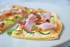 Schinken-Zucchini-Flammkuchen mit Zitrone - Rezept