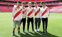 One Direction en Lima Nadie iba a imaginar que Harry Styles, Zayn Malik, Niall Horan, Liam Payne y Louis Tomlinson, 5 chicos serían descalificados en el concurso The X Factor, para luego por sugerencia de una jueza juntarse y convertirse en 1D … One Direction. El famoso Simon Cowell fue el padrino de este grupo…
