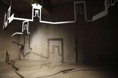 Linda demais a instalação aérea criada por Walid Raad no Louvre. A instalação criada por ele é uma espécie de móbile suspenso, onde aparecem desenhos de portas de museus imaginários e universais, cuja sombra é projetada no chão e nas paredes. Poesia pura!