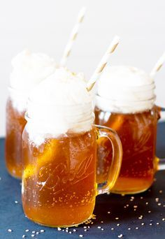 Fun ideas for your Harry Potter book club and discussion group. An easy homemade butter beer recipe, a fun sorting hat idea, and how to make your book discussion more interesting. Gateau Harry Potter, Harry Potter Food, Harry Potter Halloween, Butterbeer Latte, Butterbeer Recipe, Cocktails Halloween, Fun Cocktails, Drinks, Beverages