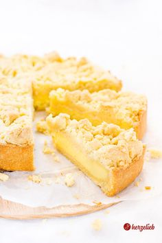 Crumble cake with pudding filling recipe . - Crumble cake with pudding filling is just delicious – I can& think of anything else! Pudding Desserts, Pudding Cake, Pudding Shots, Brioche Bread Pudding, Baking Recipes, Cake Recipes, Streusel Cake, Dessert Sauces, Food Cakes