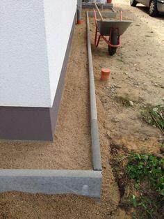 Mit Sand gefüllter Kiesstreifen und Rasenkanten