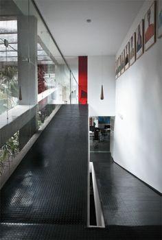 A house of Vilanova Artigas restored by Marcos Bertoldi - halles Casa Le Corbusier, Modern Architecture House, Interior Architecture, Ramp Stairs, Ramp Design, Building A House, House Plans, Facade, Brick Architecture