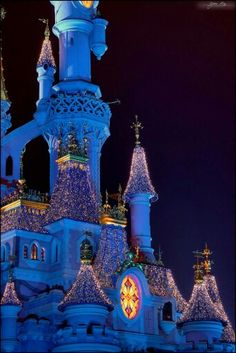 Castle at Christmas Disneyland Paris Castle, Disney Magic, Statue Of Liberty, Tower, World, Robins, Christmas, Sleeping Beauty, Statue Of Liberty Facts