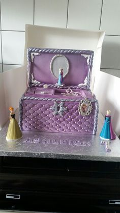 Jewellery box cake that actually winds up and plays music while anna and elsa twirl around ♡ so magical!!