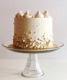 Elegant White And Gold Cake Designs - The Wonder Cottage 20 Elegant White And Gold Cake Designs Elegant Birthday Cakes, Golden Birthday Cakes, 25th Birthday Cakes, White Birthday Cakes, Bithday Cake, 50th Cake, Pretty Birthday Cakes, Golden Anniversary Cake, Happy Anniversary Cakes