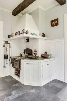 Vinklat hörn vid vedspisen? Swedish Kitchen, Old Kitchen, Rustic Kitchen, Kitchen Stories, Interior Decorating, Interior Design, Herd, Tiny House Design, Kitchen Essentials