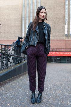 Se vuoi scegliere due capi particolari, prendi esempio da questo look: pantaloni larghi sui fianchi e stretti alla caviglia abbinati a un chiodo in pelle effetto pitonato. Semplice, glam e davvero originale! -cosmopolitan.it