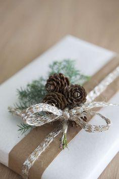 04 Jul - julegave med bånd og kongler