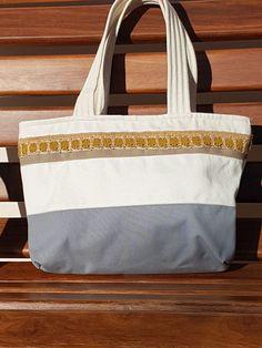 Bolsa de lona feminina. Forrada, com bolso interno e fechamento com ziper. Ideal para todas as horas e passeios