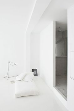 love this minimalistic spain home. especially how the make use of floor space. #interiors #decor