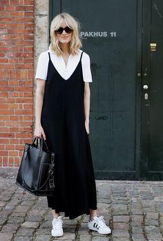 Foto de street style mostrando como usar slip dress preto com polo branca no dia a dia