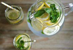 Cette recette est 100 % naturelle, est très efficace et elle vous aidera à purifier votre corps.Le meilleur moment pour en consommer est la nuit, avant de se coucher.Grace à cette boisson vous allez perdre approximativement 3.5 kilos par semaine.    1 – Couper 1 citron en pièces et les mettre dans