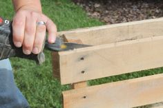 Building with Pallets - How to disassemble a pallet with ease for great wood.