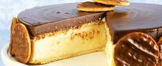 Torta holandesa - Ingredientes1 pacote de bolacha Maria 3/4 de xícara (chá) de manteiga 200 g de chocolate branco picado 200 g de cream cheese 1 1/2 lata de creme de leite 1 colher (chá) de essência de baunilha 2 ovos 2 colheres (sopa) de açúcar 4 colheres (chá) de gelatina incolor sem sabor 6 colheres (sopa) de água 100 g de chocolate meio amargo picado Biscoitos cobertos com chocolate a gosto
