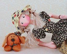 BONECA PAULA E SEU DOG CARAMELO <br> <br>É uma das bonecas mais fofa para colecionar. <br>Com suas pernas na versão sentadas decoram qualquer nicho ou ambiente da casa. <br>DICA: Ideal para presentear aquelas pessoas que adoram os seus animaizinhos de estimação. <br> <br>Boneca de Pano feita com tecidos nobres de algodão, lãs diferenciadas e algodão antialérgico. <br> <br>Item que acompanha a boneca: Um lindo cachorrinha na cor caramelo. <br> <br>Obs.: Esta boneca fica somente sentada e não…
