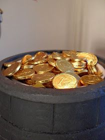 Candy Buffet for Knight Party to have Chocolate gold coins Dragon Birthday Parties, Dragon Party, Birthday Party Themes, 5th Birthday, Medieval Banquet, Medieval Party, Viking Party, Castle Party, Game Of Thrones Party