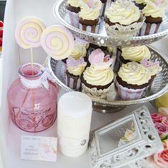 Acesta este un alt model de cupcake pe care il propunem ca produs dintr-un Candy Bar  pentru botez elegant si rafinat, potrivit pentru locatiile chic. Pastel, Model, Desserts, Cake, Deserts, Dessert, Postres