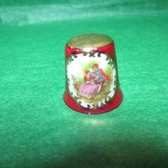 VINTAGE GOLD TOP LIMOGES LADY IN PINK & GENTLEMAN SCENIC PORCELAIN THIMBLE-T166