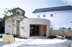 「華道家の家」石貼りの円形ホールで結ばれた住宅とアトリエ。