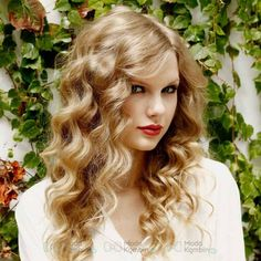 How To Create Taylor Swift Loose Curls Taylor Swift looks like a bohemian princess and a voice to match, life just isn't fair! Here's how to create loose curls even if you don't have curly hair. Taylor Swift Curls, Taylor Swift Curly Hair, Taylor Swift Images, Taylor Alison Swift, 2015 Hairstyles, Permed Hairstyles, Hair Styles 2014, Curly Hair Styles, Vintage Curly Hair