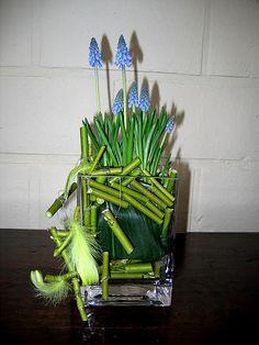 Bloemstuk: speelse Muscari's of blauwe druifjes in glas zorgen voor lentegevoel