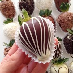 Hot chocolate in the West Indies - Clean Eating Snacks Chocolate Dipped Strawberries, Chocolate Covered Strawberries, Delicious Desserts, Dessert Recipes, Strawberry Dip, Edible Arrangements, Chocolate Decorations, Candy Apples, Homemade Chocolate