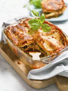 1. Snij de stelen van de venkelknol en snij de knol in fijne plakjes. 2. Snij de aubergine in plakjes, verwijder de zaadlijsten en steelaanzet van de paprika's en snij ze in repen. 3. Doe de groenten in een ovenschaal.