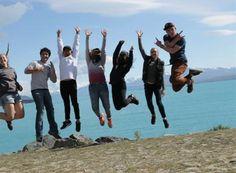 """Foto des Tages: Andrea #highschoolyear #neuseeland - """"Dieses Bild ist während der South Island Tour entstanden. Im Hintergrund ist Lake Tekapo und in den Wolken hinter unseren Köpfen kann man den Gipfel von Mt. Cook , dem höchsten Berg Neuseelands eranhnen. Das Wetter war super und wir hatten total viel Spaß!"""""""