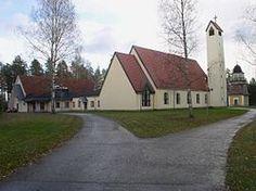 Kesälahden kirkko, taustalla kellotapuli.