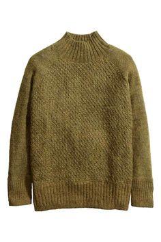 Jersey de cuello alto: Jersey de corte amplio en punto con textura de mezcla de mohair. Mangas raglán en punto de jersey, cuello perkins, y puños y parte inferior en punto elástico.