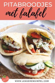 Pitabroodjes met falafel, feta, komkommer en tomaat. Serveer de pitabroodjes bijvoorbeeld met zelfgemaakt tzatziki. Een lekker en makkelijk vegetarisch recept. Klik op de foto voor het recept. #vega #watetenwevandaag