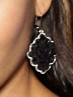 Ohrhänger aus nickelfreiem, oxydfarbenem und silberfarbenem Metall in einer besonderen Struktur. Länge 6,5 cm, Durchmesser ca. 3,5 cm. Obermaterial: 100% Metall...