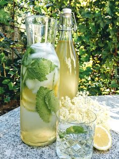 Das beste am Sommer? Holunderblütensirup :) Glass Vase, Table Decorations, Home Decor, Small Bottles, Home Canning, Summer, Decoration Home, Room Decor, Dinner Table Decorations