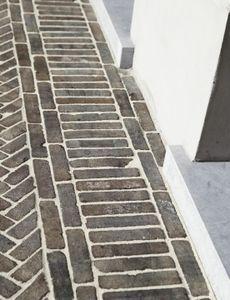 mettre une couche de sable stabilisateur et de recouvrir de briques.