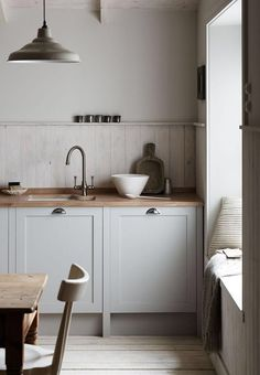 Gray kitchens with oak details #kitcheninteriordesignwood