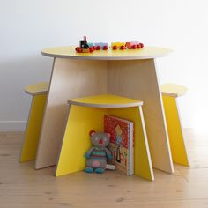 Circle Table including 4 stools from Danish brand Small Design. Modern and functional table-and-chair-set for children. Available in four colors.