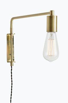 Vegglampe av metall med lang arm som kan svinges. Høyde 23 cm, dybde 41 cm. Tvinnet tekstilledning med strømbryter, ledningslengde ca 175 cm. Veggkontakt. Stor sokkel E27. Maks 40 W.<br><br>Lyskilde inngår ikke. Ulike typer lyskilder kan ha stor påvirkning på stil og utseende hos lampen. Prøv deg fram til ditt eget uttrykk! <br><br>