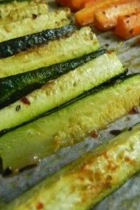 Best way to cook zucchini and carrots.they taste like sweet potato fries! degrees / 20 min] It never occurred to me to roast zucchini Roast Zucchini, Zucchini Fries, Veggie Fries, Roasted Zuchinni, Grilled Zucchini, Zucchini In The Oven, Cooking Zucchini, Zucchini Sticks, Recipe Zucchini