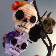 Crocheted calaveras by Asia Crochet Skull Patterns, Halloween Crochet Patterns, Amigurumi Patterns, Knitting Patterns, Crochet Crafts, Crochet Dolls, Yarn Crafts, Yarn Projects, Crochet Projects