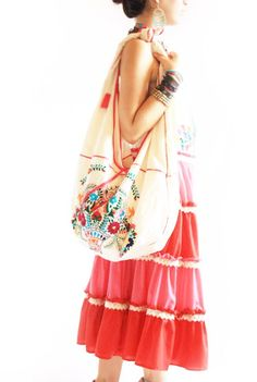 He encontrado este interesante anuncio de Etsy en https://www.etsy.com/es/listing/44351875/mexican-embroidered-bag-florecita