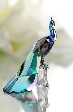 Obsessed with peacocks. Here, Swarovski 2013 SCS Peacock. Peacock Decor, Peacock Colors, Peacock Art, Swarovski Crystal Figurines, Swarovski Crystals, Perfumes Vintage, Glass Figurines, Beautiful Birds, Decorative Accessories