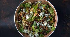 Πράσινη σαλάτα με αποξηραμένα σύκα και blue cheese από τον Άκη Πετρετζίκη. Φτιάξτε μία καθημερινή ή γιορτινή σαλάτα με φρούτα, ξηρούς καρπούς και blue cheese.