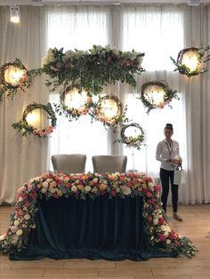 how to set wedding head table Diy Wedding Photo Booth, Wedding Stage, Floral Wedding, Rustic Wedding, Bride Groom Table, Photo Booth Backdrop, Backdrop Ideas, Ceremony Backdrop, Wedding Backdrops