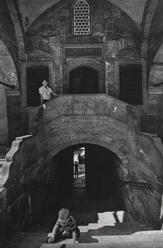 Sokullu Mehmet Pasha Mosque / Kadirga – 1970 Ara Güler) was built by Mimar Sinan in 1571 – Selma Demircioğlu Köylü – Join the world of pin Artistic Photography, Street Photography, Amazing Photography, Black White Photos, Black And White Photography, Paris Match, Hagia Sophia, Famous Photographers, Magnum Photos