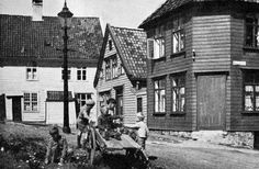 Det er alltid moro å finne bilder jeg tror ikke har vært vist i de forskjellige gruppene tidligere. Her er et, funnet i et blad utgitt av Bergen kommune, «Bergen by» 4 – 5, utgitt i juni 1953. Jeg klarer ikke å tyde gateskiltet, men er sikker på at noen her inne klarer å navngi stedet. (Ukjent fotograf).
