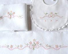 schemi e disegni con roselline da cucire e ricamare per un set da bimba.