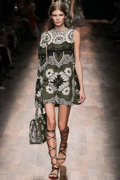 Valentino Spring 2015 Ready-to-Wear Collection Photos - Vogue Floral Fashion, Fashion Prints, Love Fashion, High Fashion, Fashion Show, Fashion Design, Trendy Fashion, Fashion Week Paris, Runway Fashion