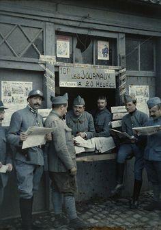 Vente des journaux sur un éventaire, Rexpoede (Nord), 6 septembre 1917.  Autochrome photo