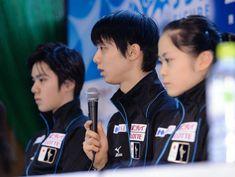 記者会見で今シーズンを振り返る羽生結弦。左は宇野昌磨、右は宮原知子=北海道・真駒内の全日本フィギュアスケート選手権大会インタビュールーム(撮影・開出牧)